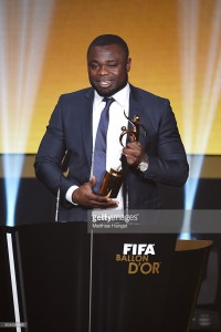 Gerald Asamoah accepts the FIFA Fair Play award on behalf of all football organisations supporting refugees during the FIFA Ballon d'Or Gala 2015 (foto reprodução)