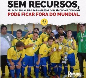 #pracegover: Foto registra um grupo de garotos adolescentes vestidos com um uniforme de futebol com as cores do Brasil. Eles têm síndrome de Down e exibem um troféu e várias medalhas.