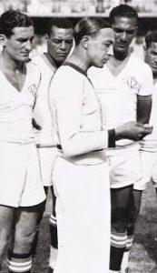 """Friedenreich, com o cabelo alisado,  é homenageado durante jogo da Seleção Carioca. Fausto, à direita, observa. (foto publicada no livro """"BRASIL UM SÉCULO DE FUTEBOL"""")"""
