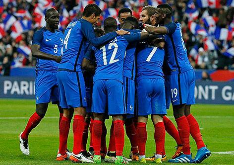 Franceses comemoram o segundo gol da vitória contra a Romênia por 2 a 1 na  Eurocopa 770dab0f501b4