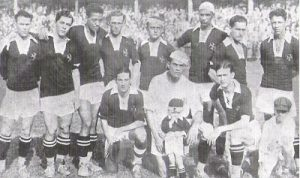 Vasco - Campeão Carioca de 1929 Em pé - Paschoal, Oitenta-e-quatro, Tinoco, Russinho Mário Matos, Fausto, Santana e Mola; agachados - Brilhante, Jaguaré e Itália.