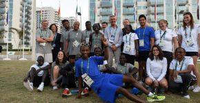 Membros da equipe olímpica de atletas refugiados com o alto-comissário da ONU para Refugiados, Filippo Grandi, e membros do ACNUR na Vila Olímpica da Rio 2016. Foto: ACNUR/Benjamin Loyseau