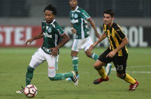Zé Roberto, do Palmeiras, em disputa de bola com Gastón Rodríguez, do Peñarol (Foto: César Greco / Ag. Palmeiras / Divulgação)