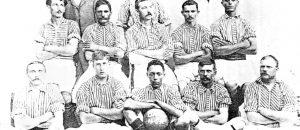 Ao integrar o time do Bangu, em 1904, Carregal (com a bola) tornou-se o primeiro jogador negro a disputar uma partida oficial no Brasil - Reprodução