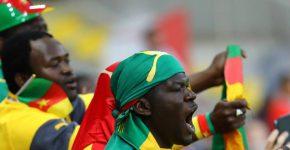 Torcedores de Camarões empurram a seleção na estreia na Rússia - KAI PFAFFENBACH/REUTERS