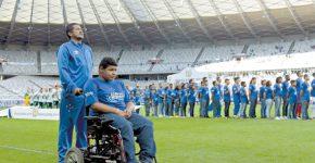 Crianças e adolescentes em busca de uma família entram com os jogadores do Cruzeiro (foto reprodução)