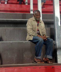 Torcedor de chinelos no estádio do Flamengo causou tanta surpresa nas arquibancadas da Ilha do Urubu que viralizou em redes sociais. YURI DE CASTRO