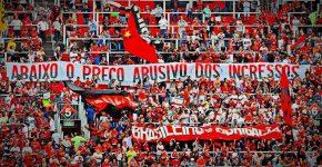 Torcida do Flamengo protesta contra ingressos caros na Ilha do Urubu. GILVAN DE SOUZA