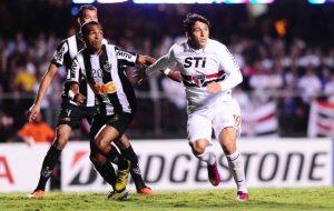 No Galo, contra o São Paulo, os clubes onde Richarlyson mais conquistou títulos (Foto: Marcos Ribolli)